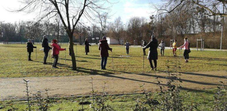 Seniorzy trenują nordic walking w Warcie Poznań